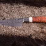 Jagdmesser Damast mit Amboniagriff und Schädelknochenabschluss